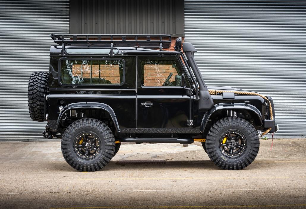Melnas Land Rover Defender automašīnas sānskats