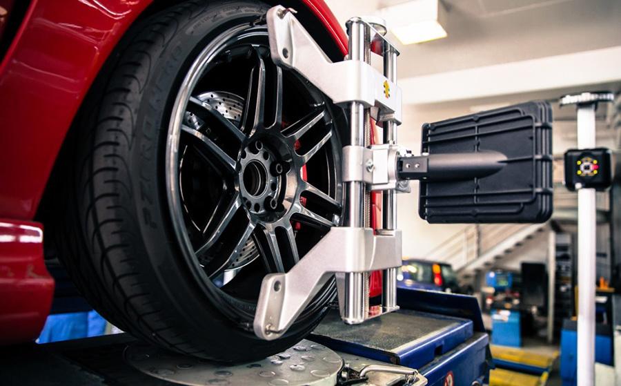 Riteņu stabilizēšana automašīnai uz pacēlāja