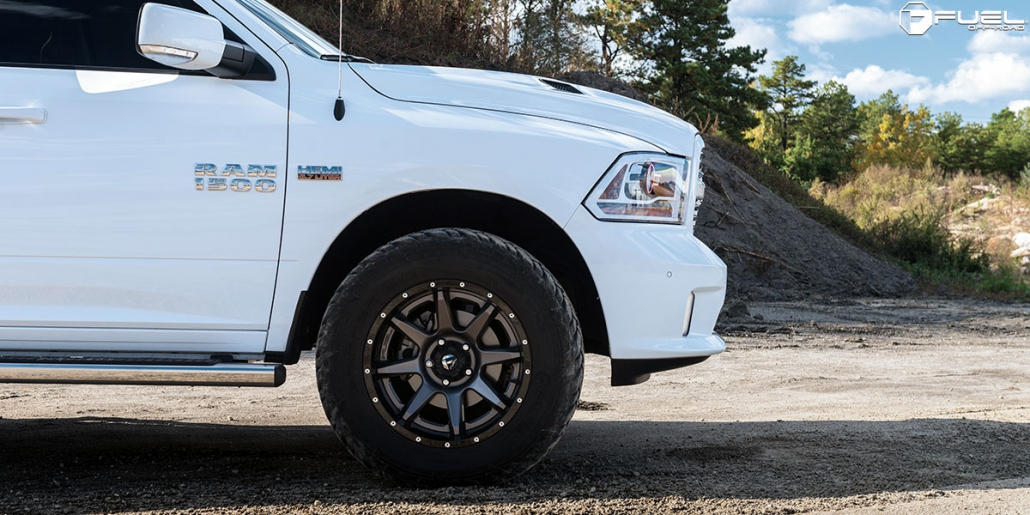 Baltas automašīnas Ram 1500 sānskats priekšdaļai